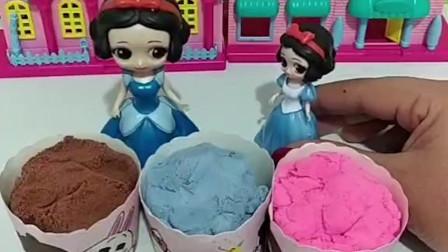 白雪公主给小雪儿做蛋糕,白雪做了蓝莓味和草莓味蛋糕,还有一个蛋糕是什么味道?