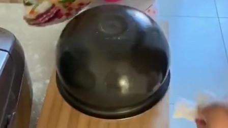 广东媳妇第一次用电饭煲做蛋糕,表面看起来很成功,结果太让人意外了!