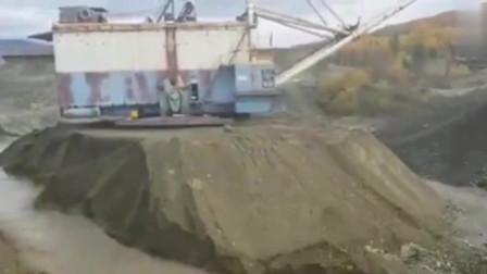 """720吨挖掘机被困孤岛,看它如何成功""""自救"""""""