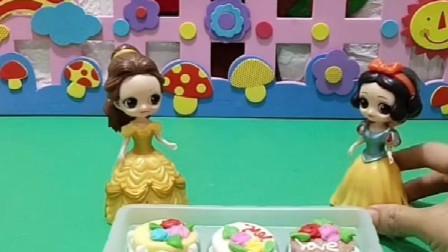 贝儿买了这么多好看蛋糕棉花糖,是要送给自己的妹妹,原来是送给白雪的