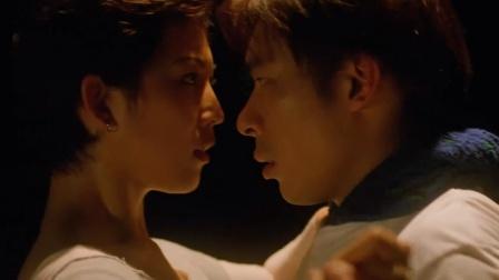 天才与白痴:阿炳和舞女的关系终于有了新进展,两人紧紧抱在一起
