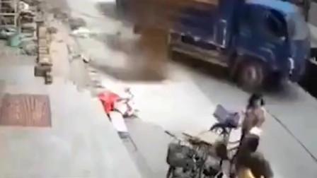 走位意识一流!货车左摇右摆撞来工人极限走位躲过