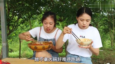 农村姑娘试吃广西螺蛳粉,闻着巨臭无比,吃着香辣爽口,过瘾