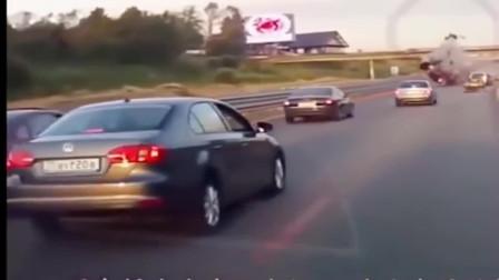 """美国:女司机上高速未系安全带发生车祸,成""""空中飞人"""",监控记录一瞬间"""