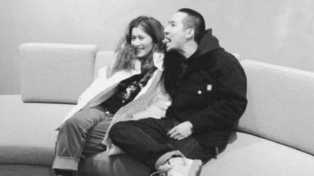 脱口秀演员卡姆和女友 两人交往四年感情甜蜜