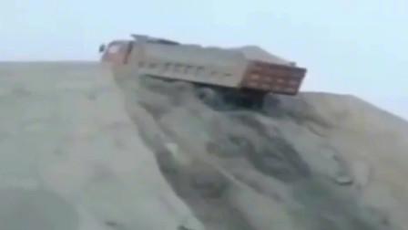 太惊险了,大货车陡坡卸土,不料底下的土突然松动,好危险。