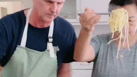 洋女婿做的意大利肉酱面,还学丈母娘说话,眼前这画面太让人羡慕