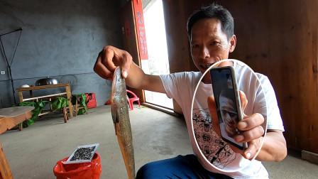 阿雄在家制作新渔具,突然接到阿烽的电话,二话不说立马出门帮忙
