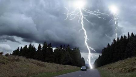 劫匪洗劫教堂后驾车逃窜,结果被闪电劈中,网友:天降正义?