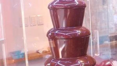 """太好玩了!见过""""巧克力火锅喷泉""""吗?蘸在水果上插在冰淇淋里!"""