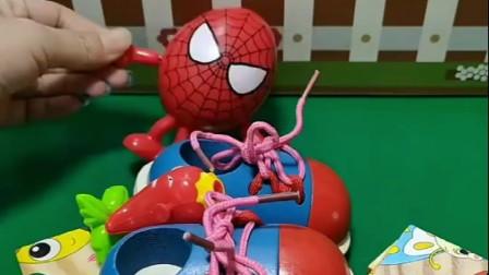 小蜘蛛侠被爸爸赶了出去,小朋友把蜘蛛侠带回家,还给蜘蛛侠做美食!