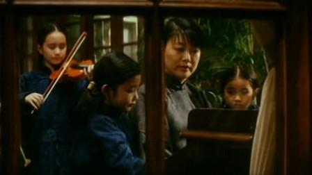 宋耀如教宋家三姐妹从小学习英语,夫人教她们弹钢琴