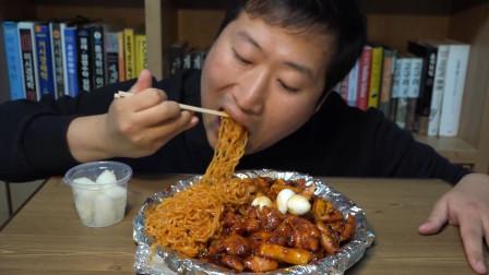 韩国兴森一家三口吃播:纯肉炸鸡加拉面和年糕,再配上嘎嘣脆的小萝卜,美味!