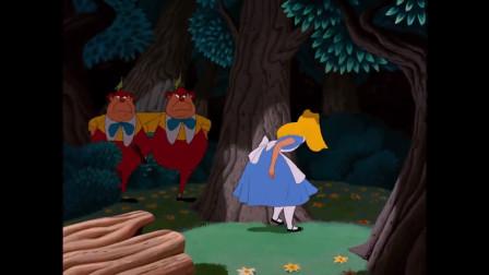 木偶人拉着爱丽丝做游戏,不让她走,太可爱了
