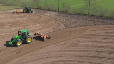 拖拉机携带激光平地仪平整土地