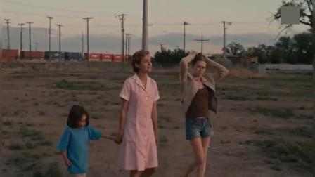凯蒂的道别:小镇上的人看不起凯蒂,不愿意孩子和她走进,歧视她
