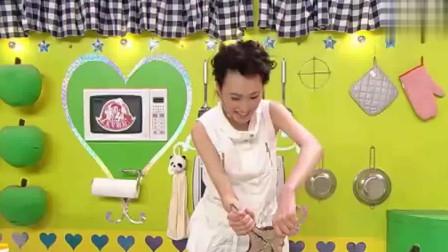 美女厨房:梁洛施上台第一次下厨做菜,开海星壳的时候傻傻分不清摆出大乌龙,主持人都忍不住下台帮她