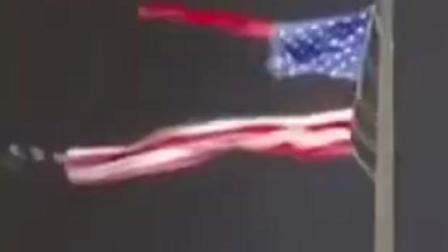 美国威斯康辛州遭受雷雨暴风 世界最大美国国旗被劈成两半