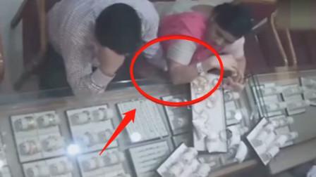 印度情侣进店买首饰,男子的一顿操作,让妻子十分尴尬!