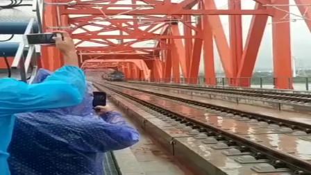 莫希科大叔火车:开过来的那刻,让我长见识了,原来导轨是这样打磨的。