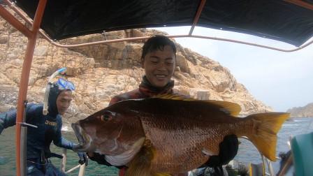 海挑战最后一天,深潜18米打到超大石蚌鱼,还收获几百斤鱼
