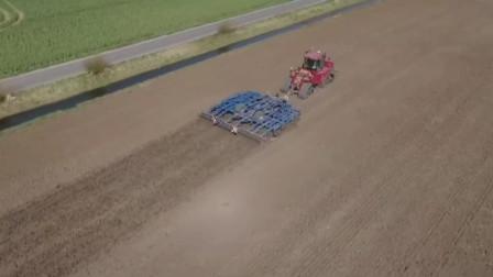 拖拉机拖动灵巧耕犁快速农田耕作,原点360度旋转的耕犁非常灵巧
