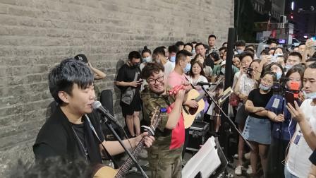 凌晨南门下的《倔强》古城摇滚就是西安人民心中的信仰!