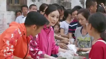 """十二道锋味:杨幂和谢霆锋变成""""豆腐西施"""",顾客排起了长队,粉丝经济太强大了!"""