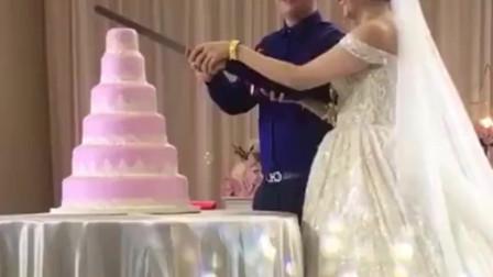 结婚现场出现这样的一幕,也不知道是谁订的蛋糕,真是尴尬了!