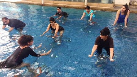还是外国人会玩,直接把动感单车搬水下,号称减肥效果逆天!