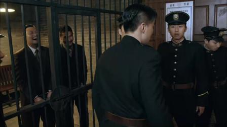 日本人被带到警局,大伙都不敢惹,只有男子敢直接暴打