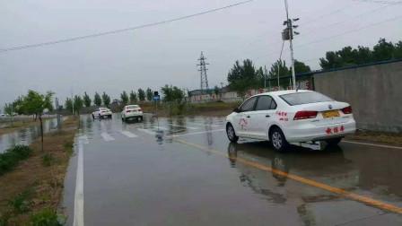 """科三遭遇大雨,30个学员集体挂科,网友:驾照""""遮羞布""""保不住了"""