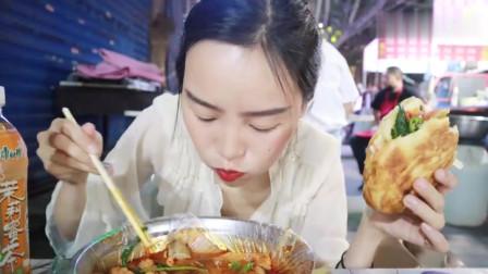 西安妹子一个人横扫夜市,麻辣烫 卷面筋 卷鱼丸 菜夹馍菜随便加,5元一个菜盒又吃撑了