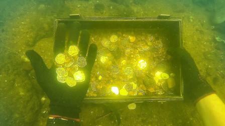 小伙河底清理垃圾,意外发现沉船宝藏,一箱子的银币太幸运了!