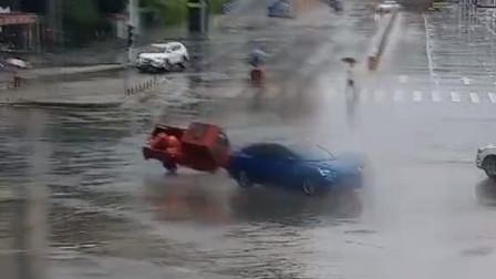 电动三轮车闯红灯通过路口 与右方正常来车发生碰撞瞬间侧翻倒地