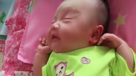 妈妈叫宝宝起床,萌娃睡醒后伸了个懒腰,下一秒反应把妈妈萌化了