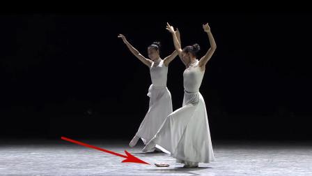 第十一届荷花奖,现代舞《我们的歌》,有个女生舞蹈鞋掉了!