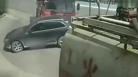 行车记录仪:奥迪司机跟大货车抢道,一脚油门被死神带走