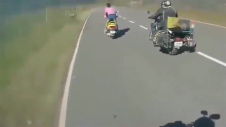 行车记录仪:广西女子搭车的方式太豪迈了!就不能好好坐着么?