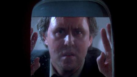 男子在万米高空,发现飞机窗外有怪东西,看清后吓得大叫!