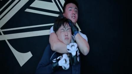 富二代说话激怒拳击教练,差点把他给勒到八角笼里面!