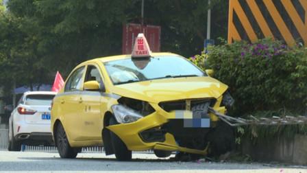 出租车撞上路中间轨道柱 安全气囊弹出2名乘客受伤