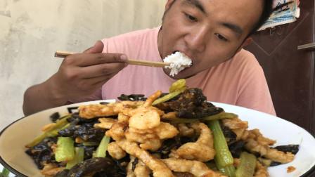 1根芹菜1斤肉,小伙做肉丝炒芹菜,配盘韭菜炒鸡蛋,两碗米吃不够