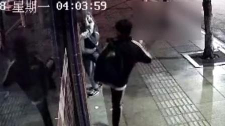 3名小伙踹锁进入串串店盗窃 门口监控拍下全过程