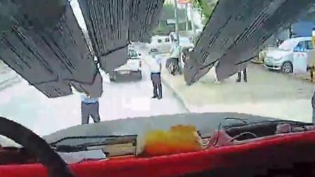"""货车载数捆钢筋上路行驶 因""""刘海""""过长遮挡视线被处罚"""