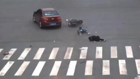 男子驾车时油门当成刹车 将等红绿灯的摩托车撞翻
