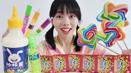 """美食开箱:小姐姐吃""""彩虹五角星波板棒棒糖"""",果味混合好喜欢"""