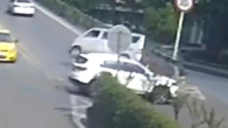 轿车司机掉头时低头看导航 驾车撞翻面包车致4车受损