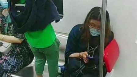 """小女孩将地铁扶手当""""体操工具"""" 家长不管不顾十分危险"""