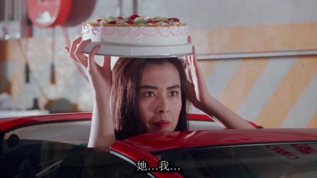 """王祖贤坐豪车帮成龙庆生,结果被其它美女""""嫉妒"""",还让蛋糕糊一脸"""